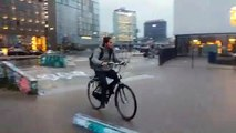 Vélo sur le skatepark trempé ? Mauvaise idée !