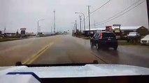 Un policier tombe sur un passage à niveau défectueux et évite un drame !