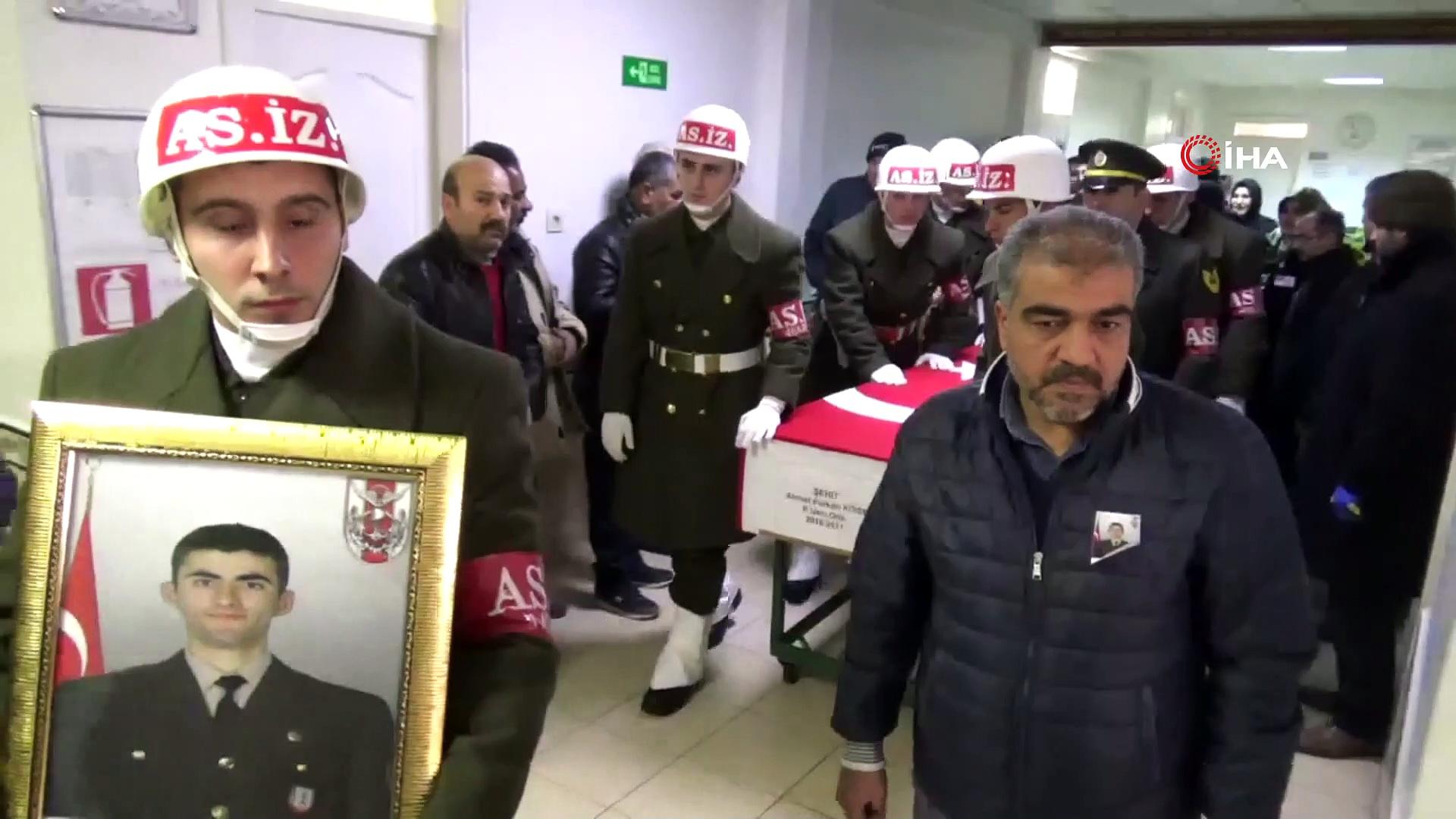 Şehide en duygusal veda…Yakınını kaybeden vatandaş, şehit cenazesine el sallayarak veda etti