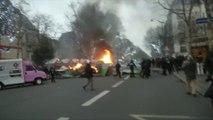 Sur le boulevard Saint-Germain, des manifestants tentent de mettre en place une barricade