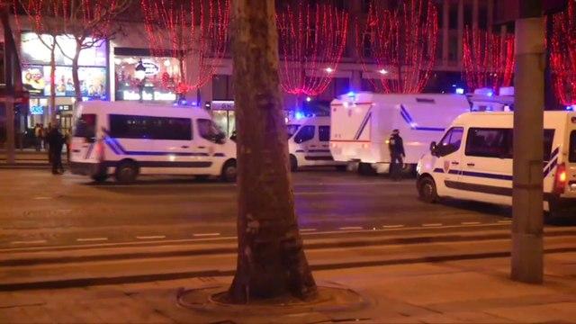 Les forces de l'ordre cherchent à disperser les gilets jaunes, regroupés sur les Champs-Elysées