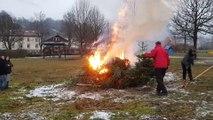 Revivez la mise à feu d'une vingtaine de sapins de Noël sur la place de la Mouline à Bussang