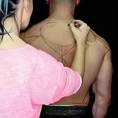 Un artiste dessine sur un dos