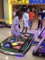 Deux filles ont un accident gênant en s'amusant sur un jeu de danse !