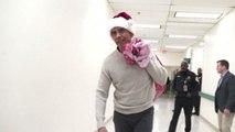 Obama vestito da Babbo Natale porta doni a bambini malati