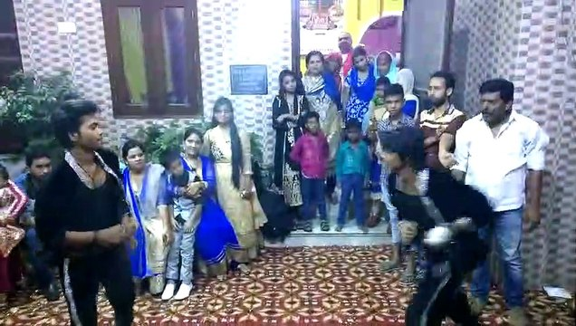 Wedding's Professional Dancers dancing in DJ song Daru Peeke Dance Kare.