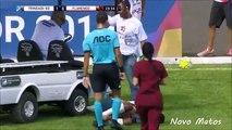 La voiturette des soigneurs roule sur le pied d'un footballeur blessé... oups