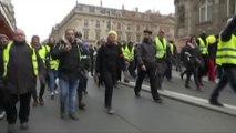 Après Bercy et la Bastille, des gilets jaunes défilent rue de Rivoli à Paris
