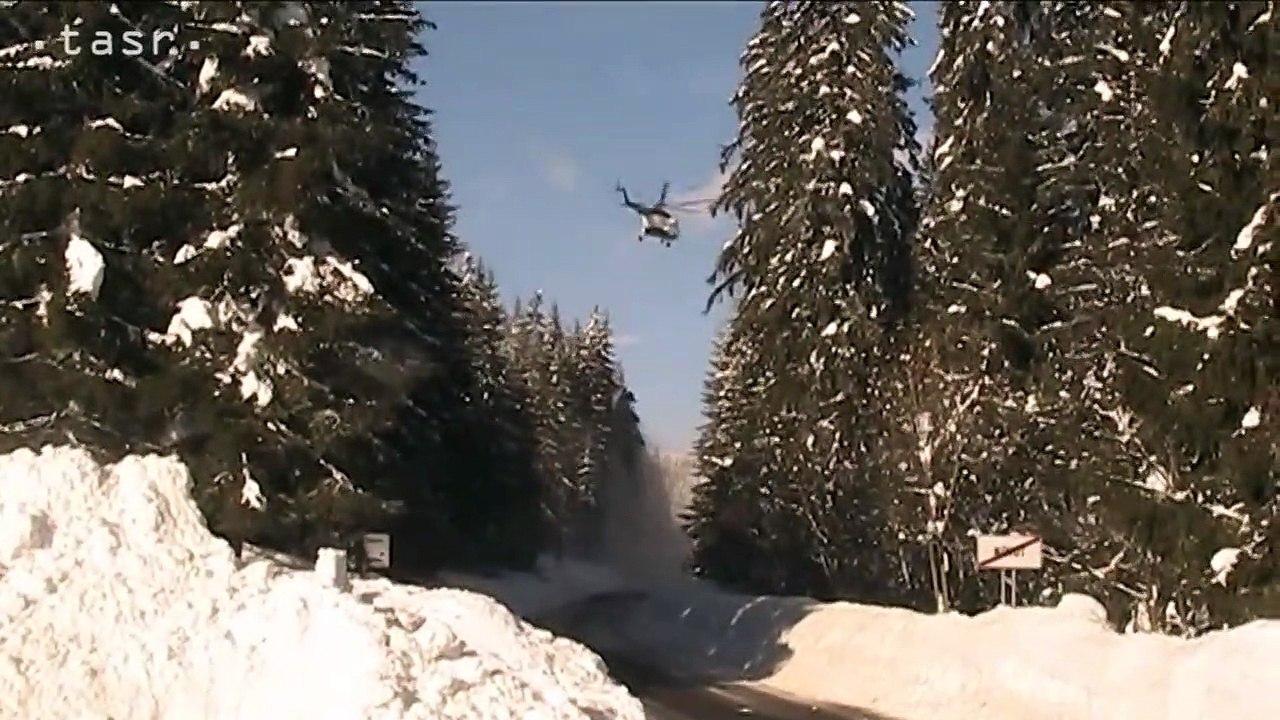 Vrtuľník pomáha pri zhadzovaní snehu zo stromov na Orave