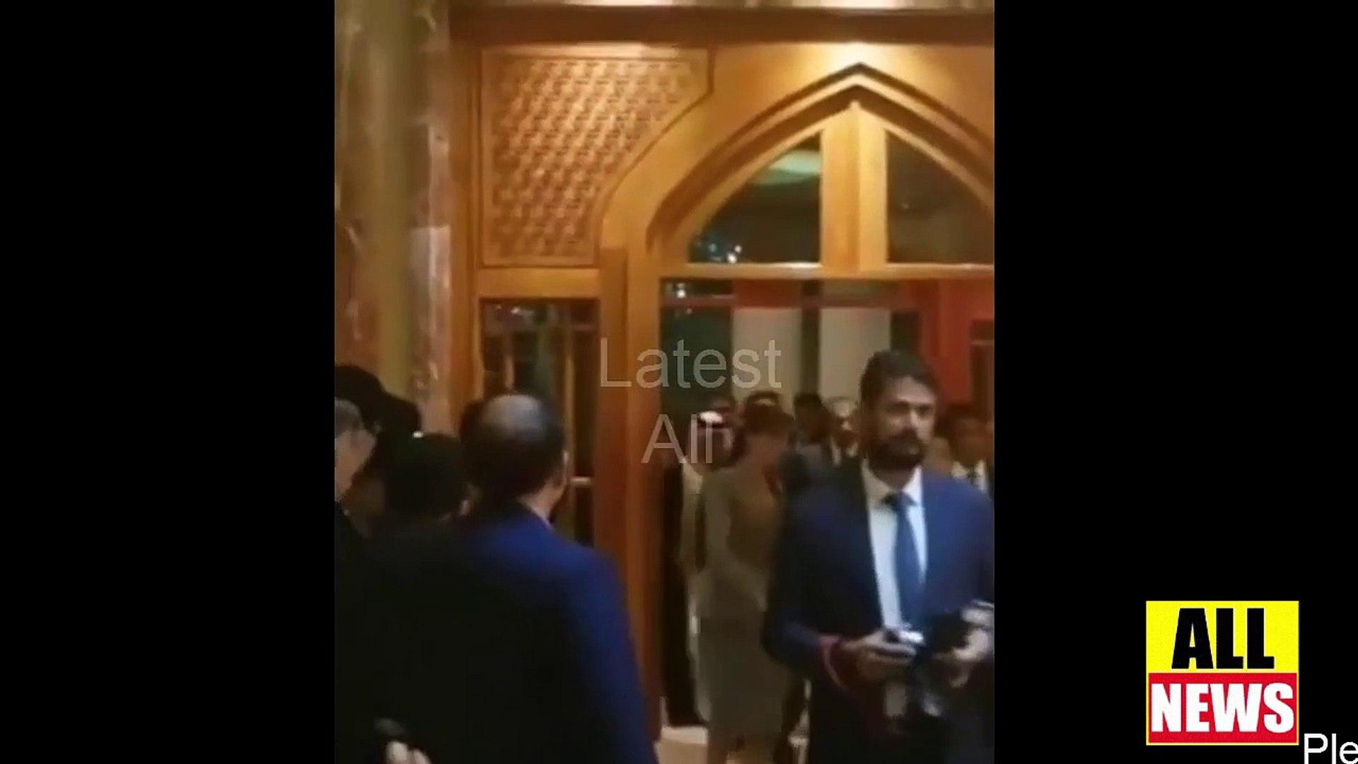 People Gathered Around Prime Minister Imran Khan During Qatar Visit   PTI Imran Khan Qatar Visit