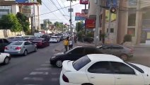 Des piétons marchent sur une voiture garée sur un passage clouté !