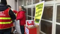 Les retraités manifestent devant la permanence du député Philippe Gosselin