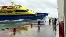Ce bateau lutte contre les vagues et n'arrive pas à s'amarrer au quai !