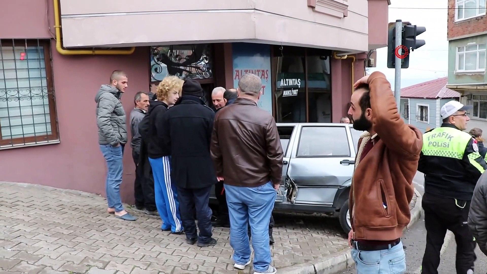 Kaza Yapan Otomobil Dükkana Girdi: 2 Yaralı