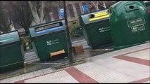 Las patrullas municipales aparcadas junto a la alcantarilla que lleva dos meses sin reparar en la calle Sancho el Sabio