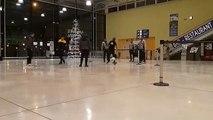 Les footballeurs de l'US Orléans patientent à l'aéroport de Vatry, en attendant le bus qui les ramènera à Orléans, après leur qualification en quart de finale de la Coupe de France à Metz