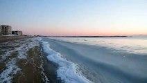 Vagues congeleues la plage ! La mer a  sur le bord de la plage sous le grand froid