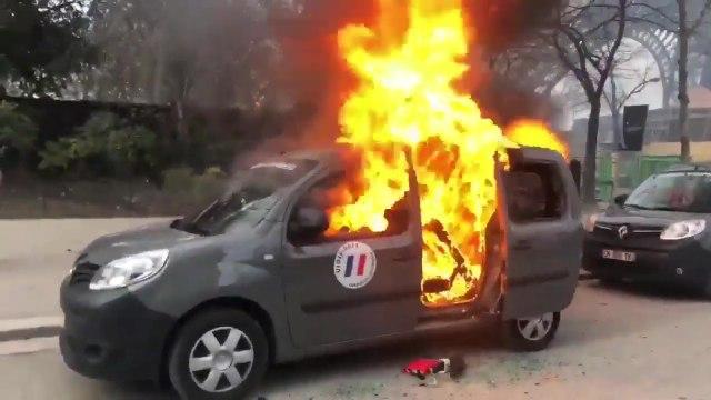 Une voiture Vigipirate incendiée à Paris lors de l'acte 13 des Gilets Jaunes