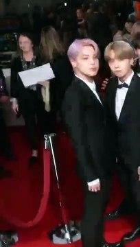 Loạt khoảnh khắc khiến dân tình thắc mắc BTS đi thảm đỏ Grammy hay đi 'buôn muối' đây