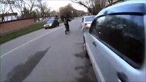 Ce motard se prend une barre de fer dans la roue... Gamelle impressionnante