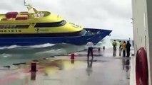 Ce bateau lutte contre les vagues et n'arrive pas au0300 s'amarrer au quai !