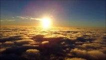 Il découvre le soleil en passant au dessus de la chape de nuages... Magnifique