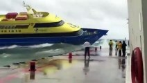 Ce bateau lutte contre les vagues et n'arrive pas au s'amarrer au quai !