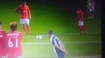 INSÓLITO: Jogador do Nacional faz sinal com a cabeça para o jogador do benfica chutar!