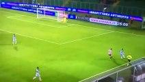 Un gardien de foot marque contre son camp en crochetant un adversaire