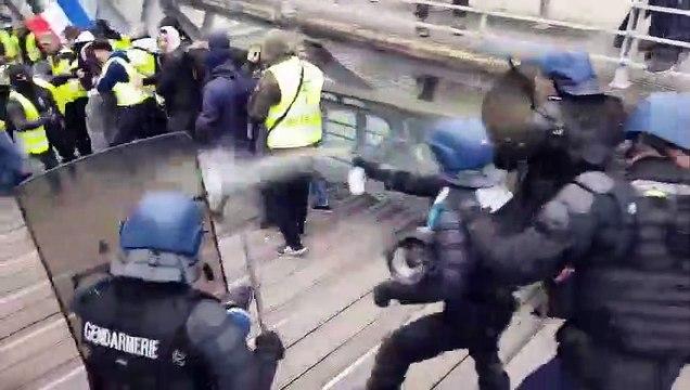 Un boxeur frappe des CRS lors de la manifestation des Gilets Jaunes à Paris (5 janvier)