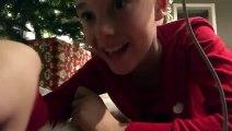 Un enfant place une caméra sous le sapin pour filmer le Père Noël