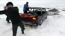Un Russe saute d'une voiture en feu dans un lac gelé... pour le fun