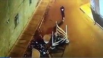 Cet homme regarde son téléphone portable en marchant et tombe dans un trou !