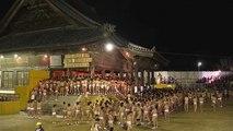 Au Japon, 10000 hommes nus tentent d'attraper un porte bonheur