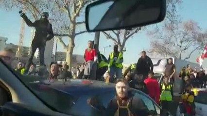 Des gilets jaunes attaquent une voiture de police - Acte 14