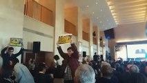 Cuelan pancartas en favor de independentistas en el World Law Congress