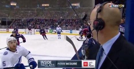 Un palet de hockey frôle la tête d'un commentateur sportif