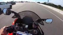 Une BMW et une moto font la course sur une autoroute - Instant Karma