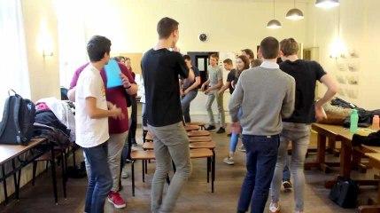 La chaise musicale coopérative au collège Notre-Dame de Tournai avec Entraide et Fraternité