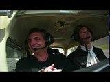 Guindon pilote un avion