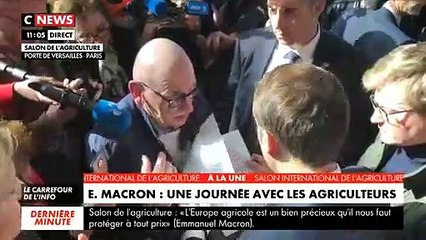 Un retraité en larmes dans les bras d'Emmanuel Macron, au Salon de l'agriculture