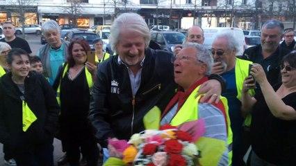 Patrick Sébastien, accueilli par des gilets jaunes à Périgueux