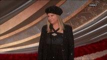 La salle se lève pour l'arrivée de Barbra Streisand, venue présenter BlaKkKlansman - Oscars 2019
