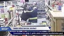 Markette derbi izleyen baba ve oğlunun gol sevinci güvenlik kamerasına yansıdı