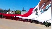 Un soldat mexicain tombe de 30 mètres accroché à un immense drapeau