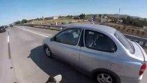 Une voiture fait un tonneau sur une autoroute