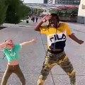 Cette petite fille danse comme une pro avec sa coach. Trop fortes !!