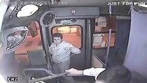 Un chauffeur de bus bloque un voleur de sac à main et le dépose au poste de police !