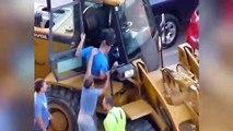 Un fou détruit plusieurs voitures avec un tractopelle...