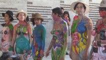 Chilenas usan sus cuerpos como lienzos para anunciar reclamos de la huelga del 8M